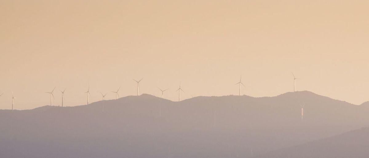 远山上的风力发电机组