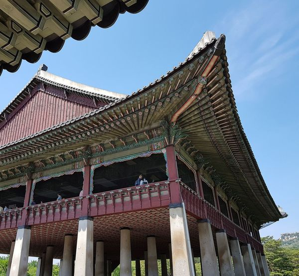 This building was biild on the edge of or in the lake - the king used to hold Banquets  here for foreign guests Gyeongbokgung Palace, Seoul Joseon Dynasty Five Centuries Palace Architecture Seoul Architecture Architecture Tripwithson2017 Tripwithsonmay2017 Seoul Southkorea