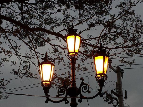 la luz de esa farola siempre me recuerda que de niño vivi de joven goze y de viejo quisas aun pueda contemplar su luz. Relaxing Streetphotography Traveling Change Your Perspective