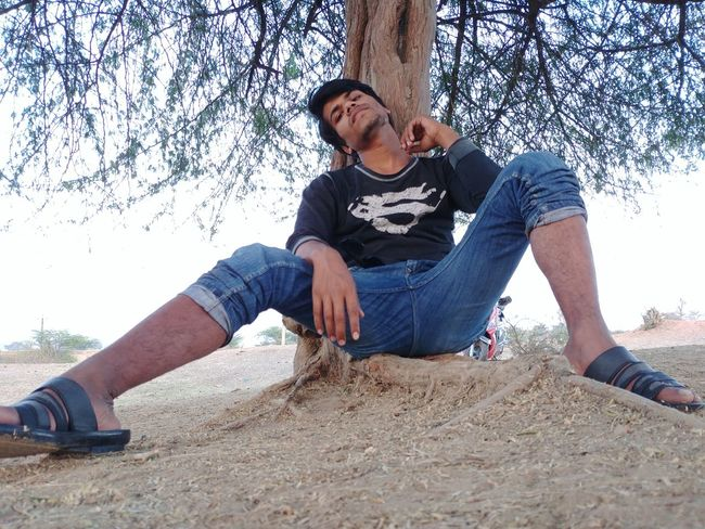 Pose EyeEm Selects Attitude Attractive Tree Tree Trunk Shadow Shade EyeEm Best Shots EyeEmNewHere EyeEm Selects One Person Casual Clothing Sand Day Outdoors Full Length Adult One Man Only