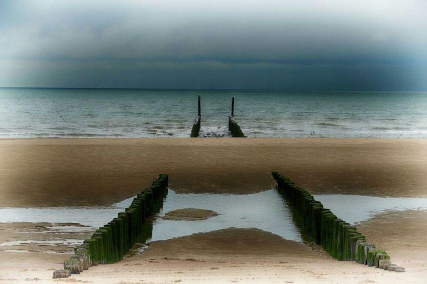 Wellenbrecher, Sand und das Meer