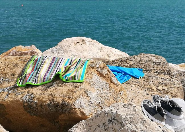 l'uomo ed il mare Stylelife Contemplazione Colorized Solitudini Beautiful Colors Quadronatural Point Of View Turchese Luce Verde Smeraldo  Water Sea Beach Sand Sunlight Summer High Angle View Shore Beach Towel Footwear