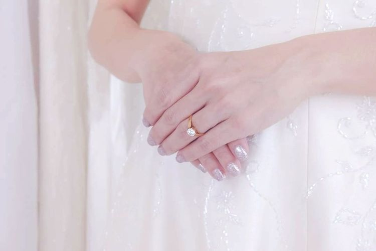 wedding ring on bride left hand side and weddind dress. wedding day Human Hand Bride Wedding Dress Women Young Women Fingernail Wedding Beauty Married White Color Diamond Ring Engagement Ring Finger Ring Precious Gem Engagement Jewelry Ring Jewelry Store Semi-precious Gem Ruby
