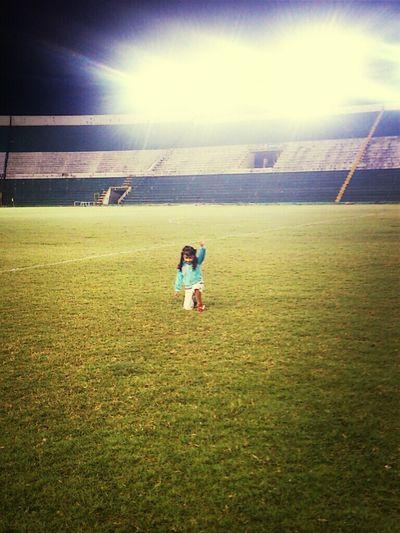 Mi princesita en la cancha del estadio