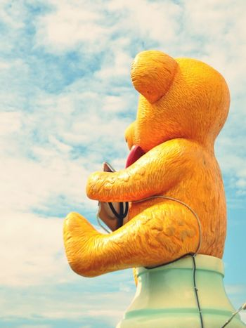 a Bear Looking Up At The Sky  Yellow Back Shot  熊 黄色 後ろ姿