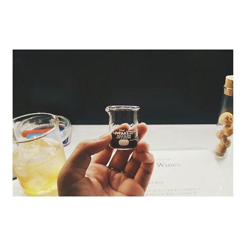 ゆきさんとメキシカンからのサイエンスバー👽👾 ジャパリナ インキュベーター 文系女子2人 白衣にテンション上がる 来世は理系希望 四ツ谷開拓 Look I'm doing an experiment....by drinking a beaker of wine🍷 Yotsuya Tokyo Wine
