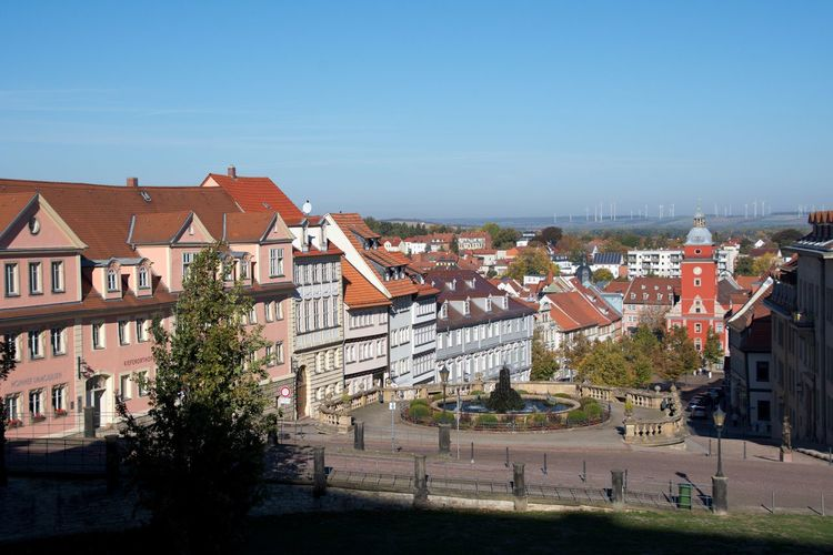 Blick über die Wasserkunst zum Gothaer Hauptmarkt Germany🇩🇪 Thuringia Oldtown Cityscape City Clear Sky House Sky Architecture Building Exterior Built Structure TOWNSCAPE Residential Structure