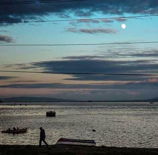 Günün telaşı bitmiş,dolunay doğmuş sessizce kabuğuna çekiliyor bir şehir. Korfez kaderine razı olanların şehri. Kocaeli Turkey İsmail Balı © 2015. Ismailbalıphotography End Of Day Rising Moon Fullmoon People Walk Sea Sky Clouds Moment O_an Gulf Street Nikon Nikond610 Zoom Natgeo Gununkaresi Gununfotografi fototurk grafimx vsco yourmoments @natgeoyourshot @natgeo @natgeotvturkiye @natgeoturkiye