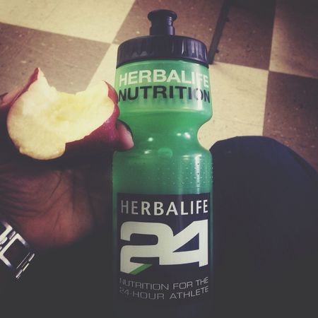 Having my breakfast. An apple and my Herbalife24 HERBALIFE 24 Herbalife Herbalife Results Herbalife24 FitClub