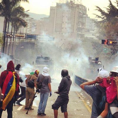 1A 1abril Chacaito Venezuela sosvenezuela ResistenciaVzla sos laverdad estudiantes gobiernocorructo prayForVenezuela fuerza elquesecansapierde marcha guarimba estudiantes resistencia capuski laluchasigue gnb lacrimogenas calle tanquetas ballena valientes lacrimogenas calle policias pacos estudiantes