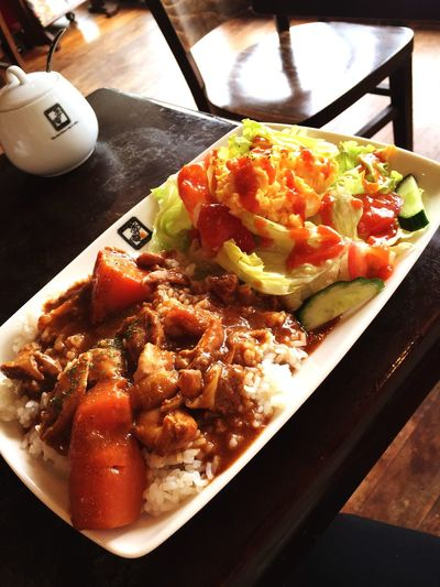 街はGW最終日。どこ歩いても、人、人、人。。。一人、隠れ家的カフェで Curry なう‼︎ 休憩Time満喫中^ ^ Relaxing