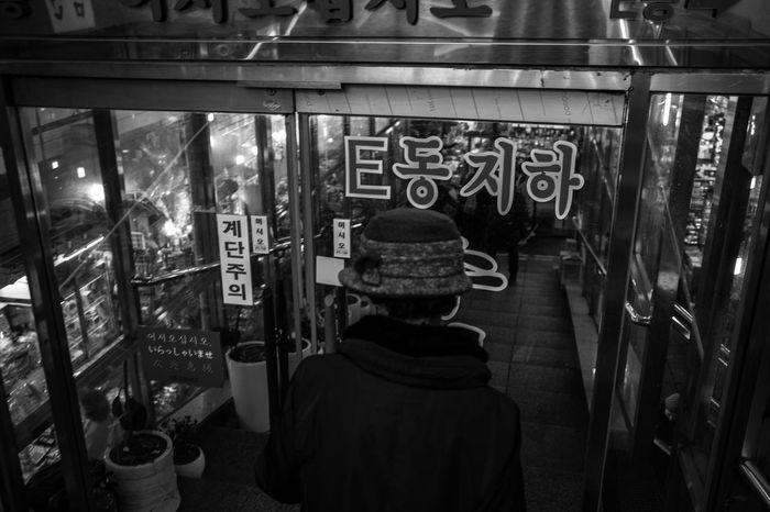 hat Seoul Korea Bnw Amazing Streetphoto Streetphotography Blackandwhitephotography Bw_world Pretoebranco 🎈👻 Urban Seoul, Korea City Bwphotography Bw_collection Blackandwhite Photography Blackandwhite Rear View One Person Indoors  Lifestyles The Street Photographer - 2018 EyeEm Awards