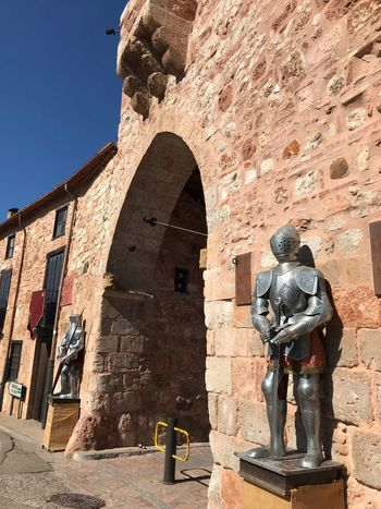 Arco Medieval Pueblecito Bonito Ayllon Tourism Destination Tourism Armadura Armaduras Medievales Fiesta Medieval Arco Sunlight Art And Craft Architecture Built Structure Representation History Sculpture The Past Shadow Nature