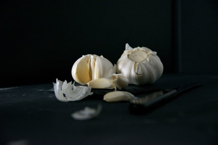 Knoblauch - Garlic Knoblauch Knoblauch Garlic Knoblauchzehe Still Life Photography StillLifePhotography Stillleben Black Background Close-up Darkfoodphotography Dunkle Food Fotografie Food Freshness Garlic Indoors  Moody Photography No People Still Life Table