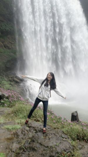 To Travel Happyday Alone Girl Smile ✌ Waterfall Beautiful Scene Rain Cold Feels Like Flying