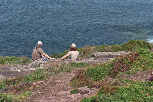 Sintonia di coppia Two People Lifestyles Sea Beauty In Nature Day Tranquility Real People Oceano Guardare Vicini Vicini Uomo Donna Sintonia Bretagna Francia Estate