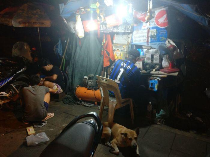 Night Workshop Streetphotography Street Atmospheric Mood Lighting Dog Men Lights