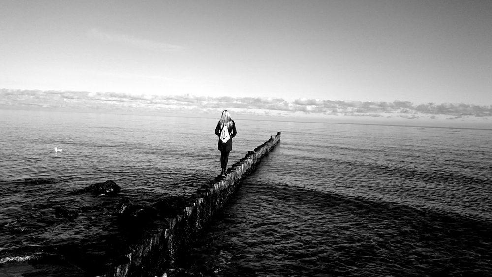 Women Around The World Beach Jutebeutel Lonley Girl Strand Ostseeküste Wellen Und Meer Long Goodbye Strandspaziergang Beachlife Strand ♥ Beachview Beach Time Beach Photography Beach Day Ostseestrand Lost In The Landscape