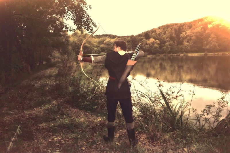 Mittelalterlicher Bogenschütze am See One Person Water Pfeil Und Bogen Portraits Curve HOODIES Shooter Assassin Sport Retro Archer Medieval Archer Arrow Arrow - Bow And Arrow Larp Medival Shoot Portrait Forest Sea Medival Artist Archery(: Archery Bows Bowandarrow Shooting