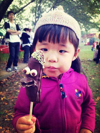 娘 チョコバナナ 縁日 寄り目 お祭りで売っていたチョコバナナに顔が❗️