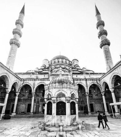 "Yeni Cami ""New Mosque"" Bwphoto Blackandwhite Bw Blackandwhitephotography Bwphotography Photo Monochrome Bw_lover Blackandwhitephoto Bnw Bnwphoto Monochromatic Art Siyahbeyaz Photography Bnw_society BWlovers чбфото Bnw_captures Streetphotography Bnwphotography чернобелое Streetphoto Portrait Love mosque noir bnw_life instablackandwhite photoplaytr"