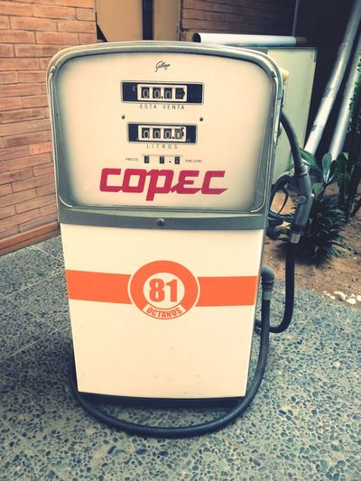 Can i fill your tank Text Western Script Communication Sign No People Information Capital Letter Transportation Information Sign Outdoors Mode Of Transportation Number Technology Script Non-western Script Day Message Guidance City Close-up