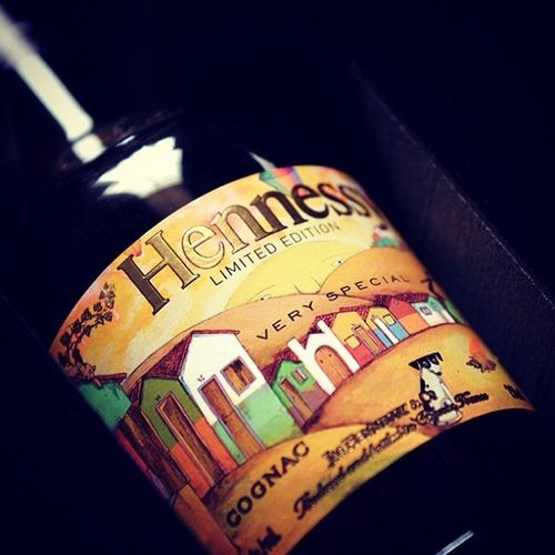 Hennessy Os Gemeos Limited Edition launched in Russia! And it's a VS cognac. Well done Hennessy, that's stylish and wonderful street art project. Os Gemeos - Love Forever! :)