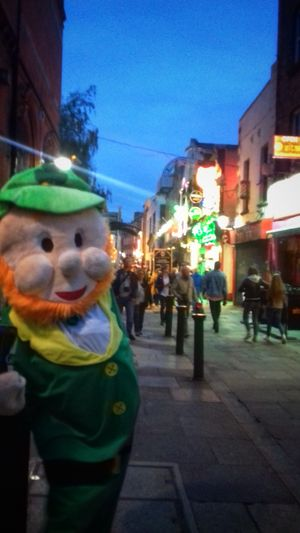 🍀 Leprechaun headquarters dublin🍀 Streets Of Dublin Temple Bar Crowds Of People Leprechaun The Places I've Been Outdoors Ireland🍀 Hanging Out Paths Taken Light And Shadow Check This Out From My Point Of View Taking Photos Eyeem2017 Pubs Busy City Enjoying The View Enjoying Life