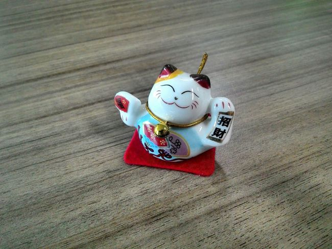 My friend just came from Japan and he brought me this Cute Manekineko Doll and I am Like it sooooo much. I put it on my Workdesk and took another Photoshoot for today. Japanese  Lucky Cat