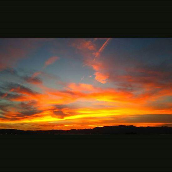 今週もおつかれさまでした。 空 Sky イマソラ ダレカニミセタイソラ Team_jp_ Japan Instagood 景色 Scenery 自然 Nature Icu_japan Ig_japan Ig_nihon Jp_gallery Japan_focus 夕方 夕焼け Sunset Sunsets Sunsetlovers