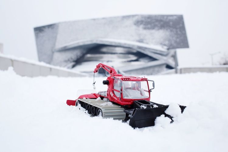 damer la piste de la philharmonie de Paris Dameuse Siku Miniature Snow Paris Philharmonie De Paris Neige Paris Snow Cold Temperature Winter Transportation Red Extreme Weather Outdoors