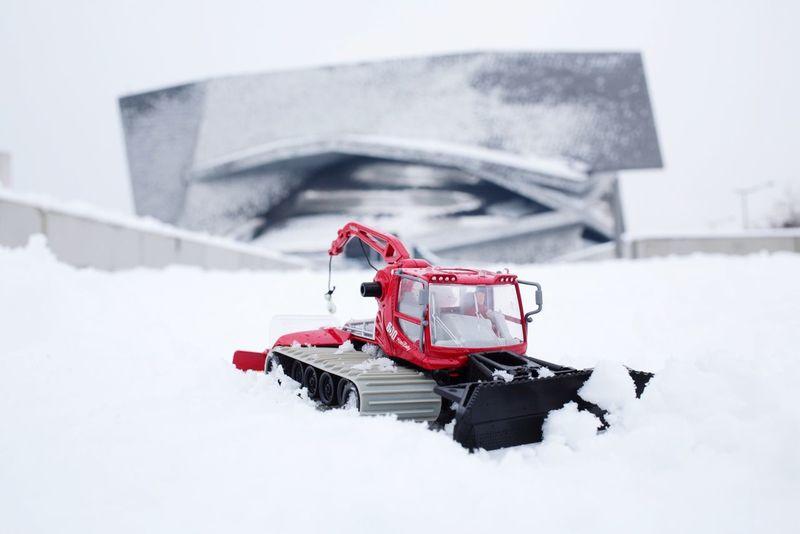 damer la piste de la philharmonie de Paris Dameuse Siku Miniature Snow Paris Philharmonie De Paris Neige Paris Snow Cold Temperature Winter Transportation Red Extreme Weather Outdoors