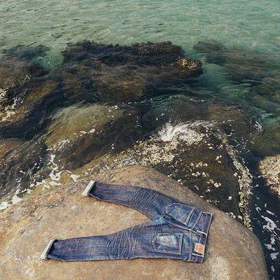 หากกางเกงคือสิ่งที่บอกความเป็นตัวตน รอยเฟดก็คือเรื่องราวที่ผ่านมาในชีวิต Lumixgx8 Jean Sea Seasoak Soak Wash Denimjeans Denim Heritage Selvedge Selvedgedenim Drydenim Localbrand Indigo Fade Rawdenim 15oz Honeycombs Menswear Heavyfaded Denimhead Denimevolution Thedenimdaily Badexamplecloth