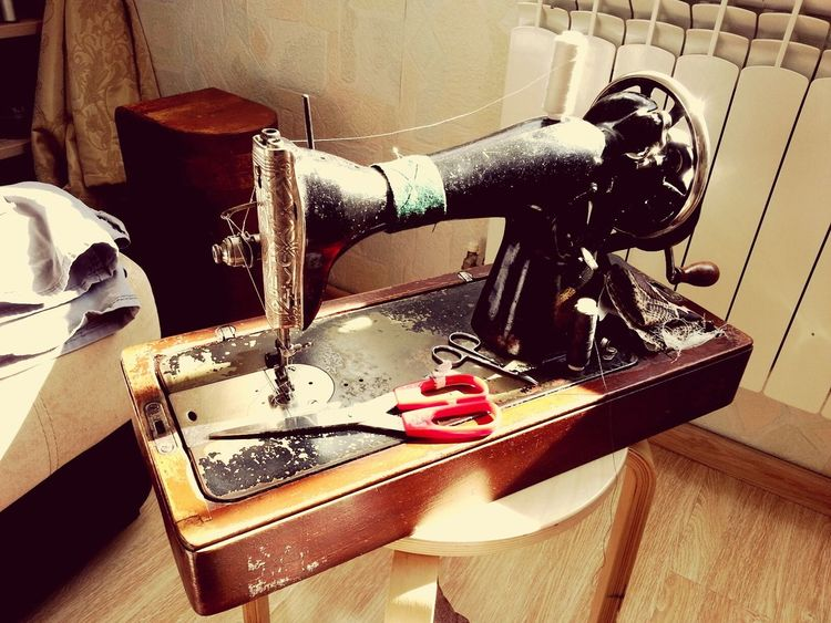 sewing machine Sewing Sewing Machine Sewingmachine Sewing By Hand Retro IndoorPhotography Indoor No People Homework Home Work Time