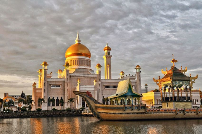 Sultan Omar Ali Saifuddin Mosque, Bandar Seri Begawan, Brunei Architecture Religion Dome Place Of Worship Spirituality Built Structure Building Exterior Sky Travel Destinations Water Waterfront Cloud - Sky History Outdoors Gold Colored Day No People City Brunei Bandar Seri Begawan Mosque Sultan Omar Ali Saifuddin Mosque