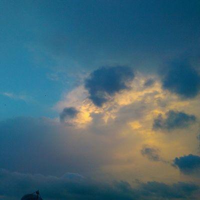 Gunun son Gunbatimi calismasi da Sarilacivert olsun Fenerbahce  tadinda yine... Istanbul color nature manzara sky blue cloud hdr hd sunset