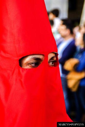 Título: Oculi Dei. Autor: Marcus Populus. Lugar: Plaza Mayor Madrid. Cámara: SONY SLT-A65V Punto F: f/5.6 Tiempo de exposición: 1/160s Velocidad ISO: 400 Distancia focal: 90mm Day Focus On Foreground One Person People Real People Red