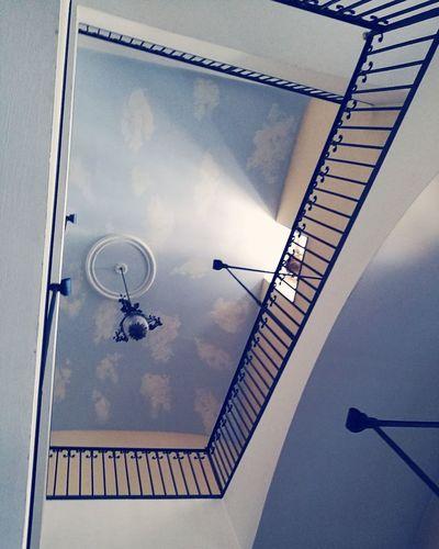 In casa mia ci sono tutte le cose inutili. Non manca che il necessario: un grande squarcio di cielo come qui. Cercate di conservare sempre un brandello di cielo sulla vostra vita. MARCEL PROUST, Dalla parte di Swann Torinoélamiacittá Torinodascoprire Torinoècasamia Torinopics Torinonascosta Turintolove Lamiatorino Turin Turinlovers High Angle View Steps And Staircases Architecture Building Exterior Built Structure Stairs Staircase Steps