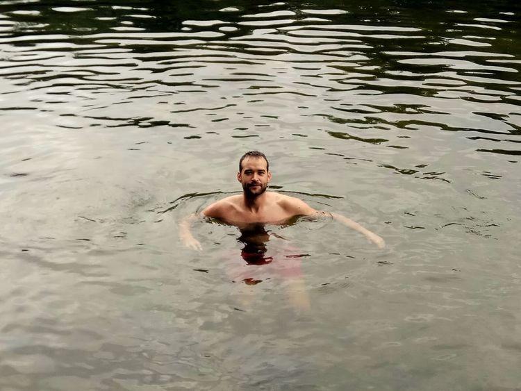 Aunque el tiempo no acompañe, siempre es bueno darse un baño de agua fría para activar la circulación 😜 Madrid Rascafría España SPAIN Rio River Naturaleza Verde Day Dia Madrid Nature Verano Summer