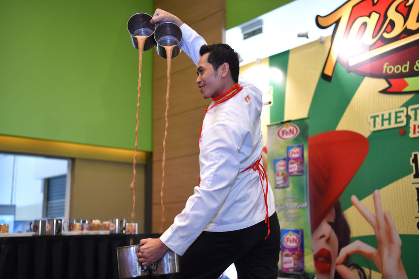 Teh Tarik Demonstration Skill  Stage Teh Tarik Demonstration Holding Lifestyles Occupation One Person Performance Pulled Tea Real People Side View Standing Three Quarter Length