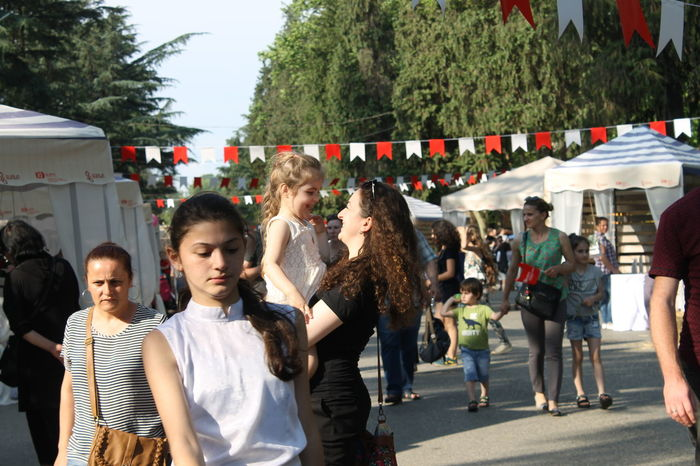 Boys Casual Clothing Child Childhood City Crowd Day Females Girls Group Of People Hairstyle Large Group Of People Leisure Activity Lifestyles Men Nature Real People Standing Tree Women