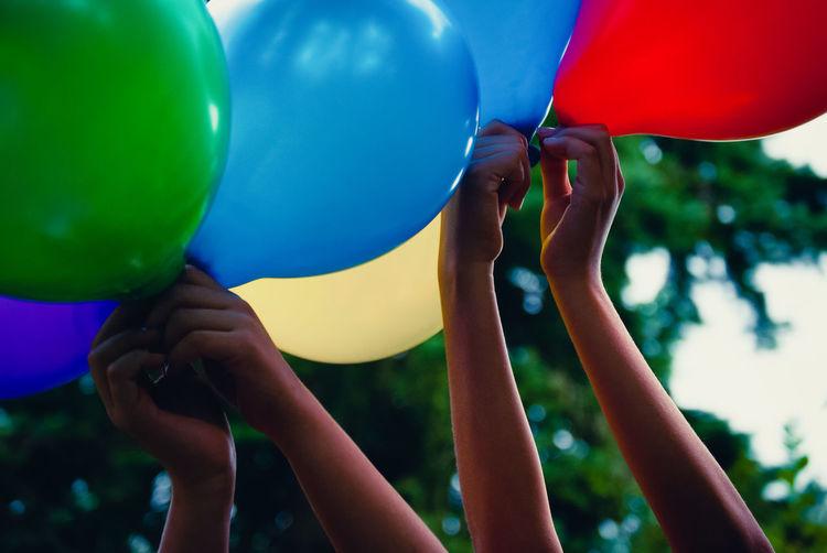Kinderhände halten luftballons in die höhe