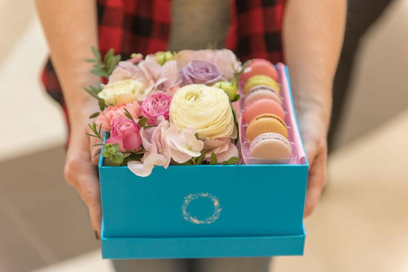 Blooming Box Blue Box Flowerbox Gift Macarons Present Ranunculus Roses