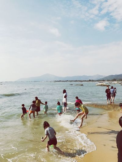 Sea 人 Large Group Of People Beach Lifestyles Water Real People Sky Enjoyment Women Leisure Activity Nature Men Vacations Mixed Age Range Outdoors Sand Day Scenics Beauty In Nature Mountain