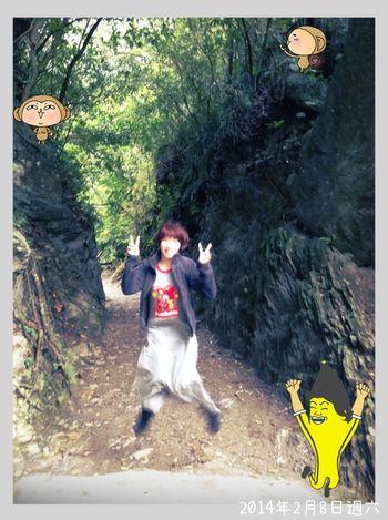 這條小路叫「伊亞峽谷」,像穿越時光廊道的感結…偶喜番,於是跳!有沒有一種從別的時光穿過來的fu ? ? Jump!