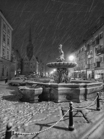Nysa zimą Fontanna Trytona Nysa Center City Rynek Fontain