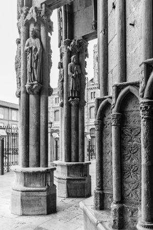 Puerta principal de la Catedral de León. LeonEsp  Streetphotography Arquitecture Arquitectura Blackandwite Blancoynegro Monochrome Blackandwhite Gotico Catedral