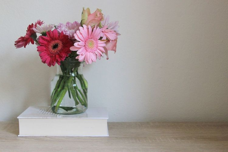 Natural Light Flowers Flower Book Decoration Decoration With Flowers Romantic Pink Flower Pink Flowers Valentine's Day  Vase Indoors  Bunch Of Flowers Vase Of Flowers Minimal White Wall Plant Still Life Bouquet Table Vase