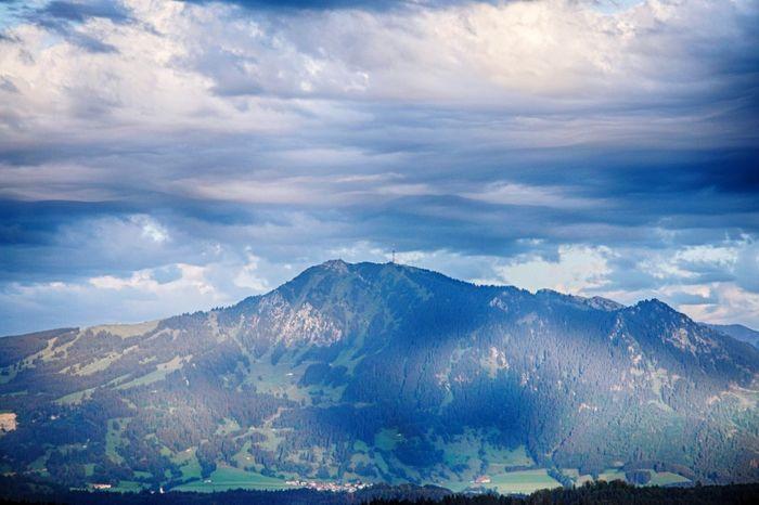 Der Grünten unter Wolken