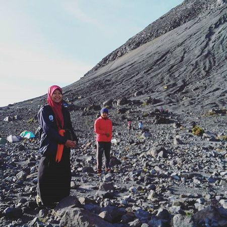 Mereka adalah pewaris dari semua keindahan ini, mereka yang lembut hatinya, mereka yang cinta negeri ini.. -------------------------------------- Goodmorning INDONESIA Sunrise Mountain Merapi Volcanoes Hiking Climb Adventure People Pendaki Gunung Summit Emotion Adventure Trip Masl Mdpl